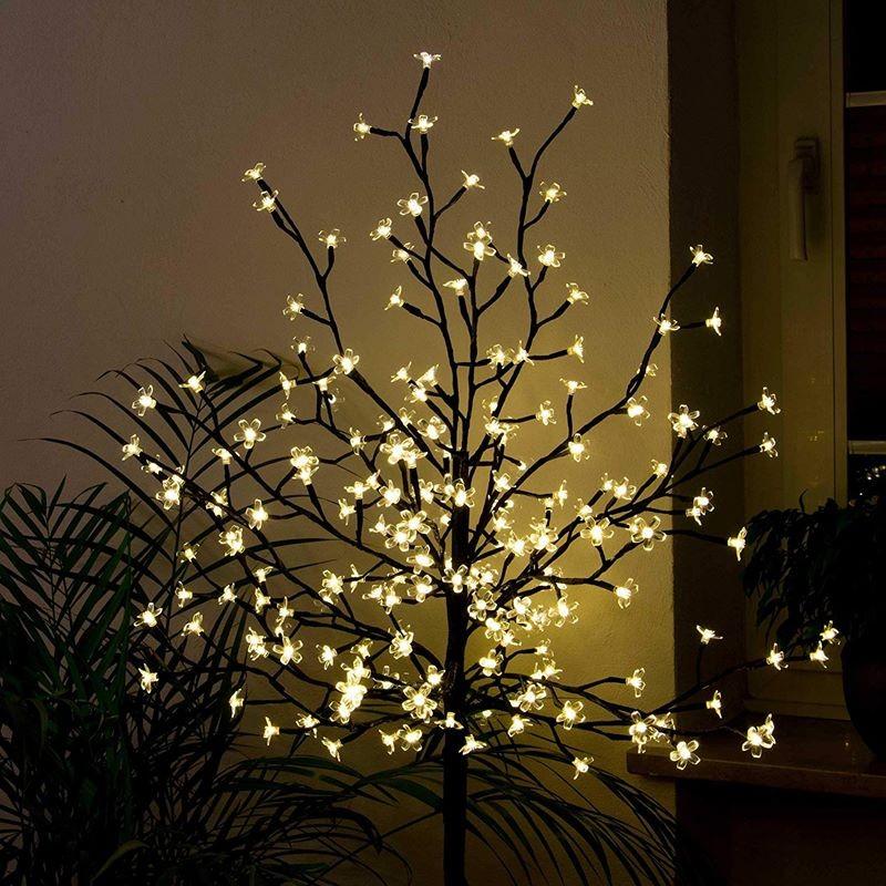 Albero di natale da esterno con luci led bianco caldo for Luci a led esterno